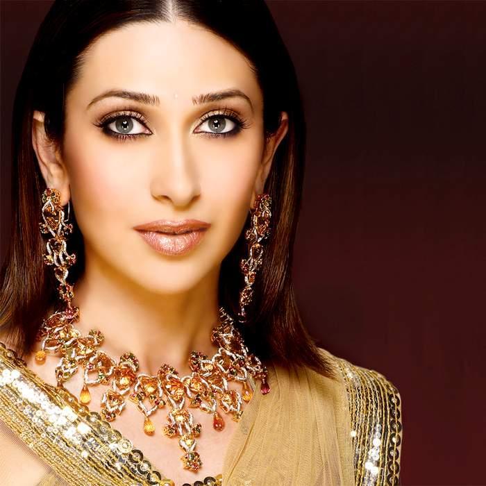 Karisma Kapoor sizzling hot sexy look