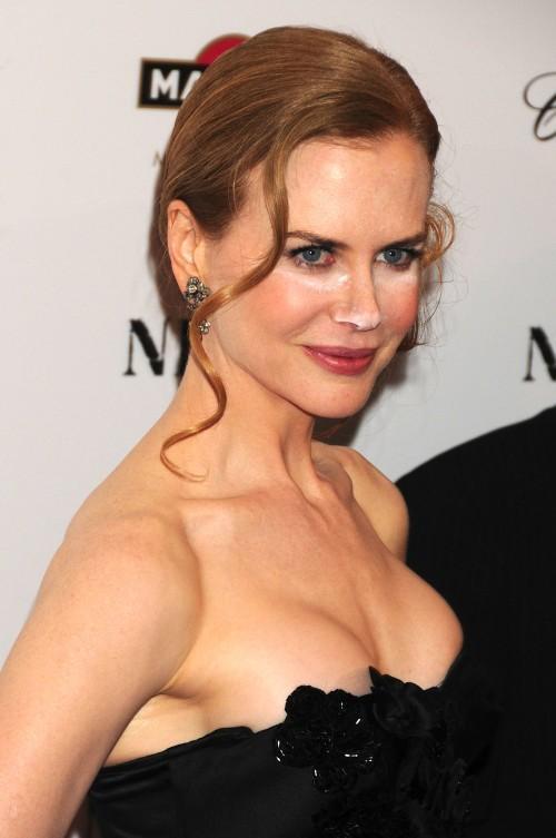 Nicole Kidman looking gorgeous in sleeveless dress
