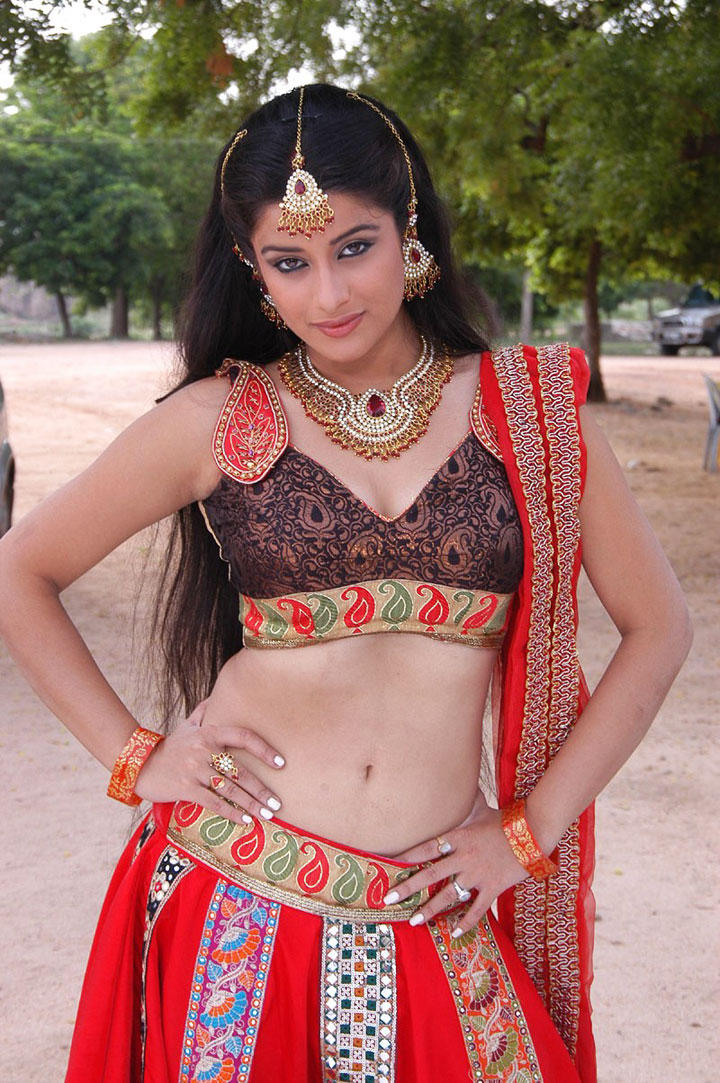 Actress Madhurima showing her sexy navel