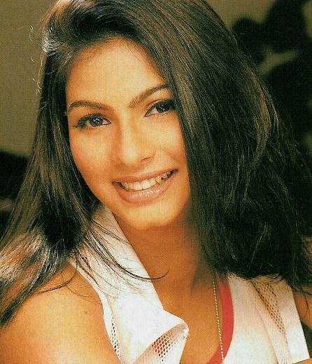 Tanisha Mukherjee cute smile pic wallpaper