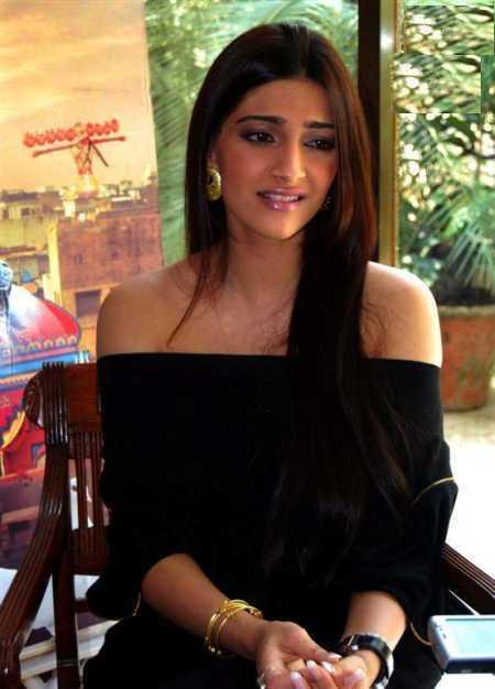 sonam kapoor black dress cute photo