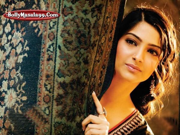 Bollywood Super Star Sonam Kapoor romantic look