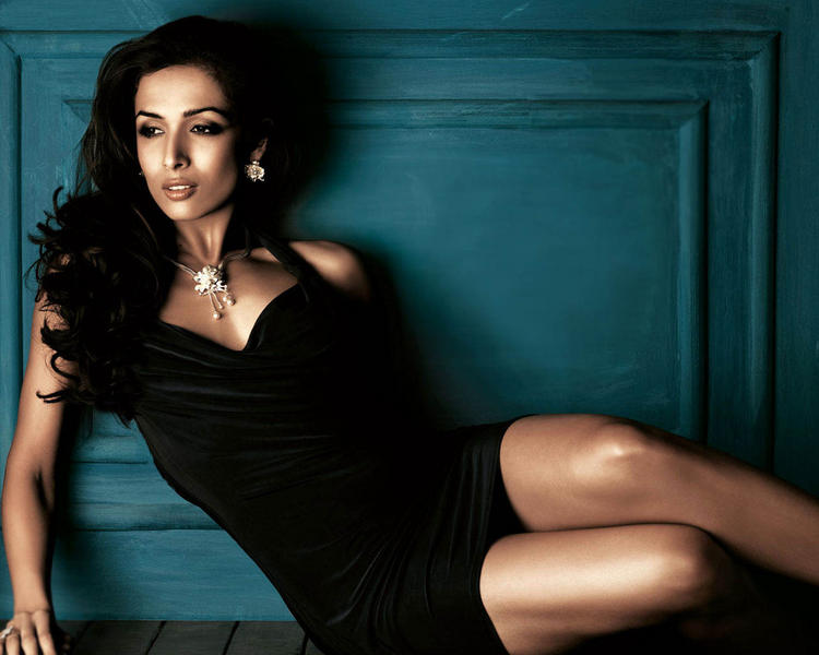 Malaika Arora Khan black dress romantic look wallpaper