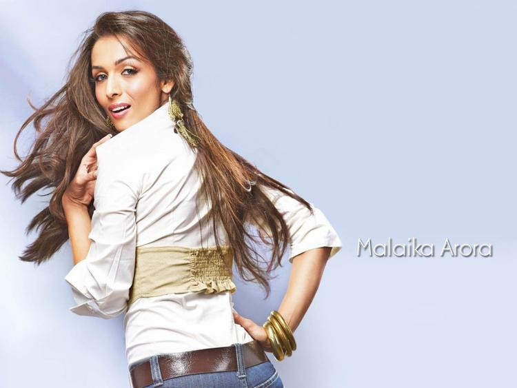 Malaika Arora Khan sexy back exposing wallpaper