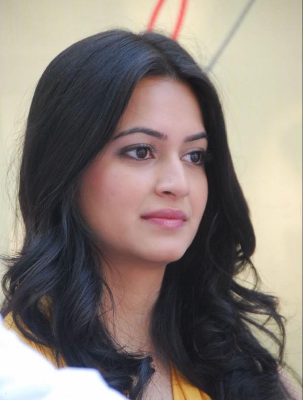 Sizzling Kriti Kharbanda pink lips still