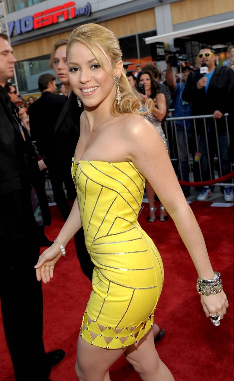 Shakira yellow dress press meet photo