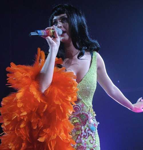 singe Katy Perry in hot chik dress
