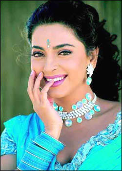 Juhi Chawla cute look wallpaper