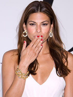 Eva Mendes fly kiss sexy photo