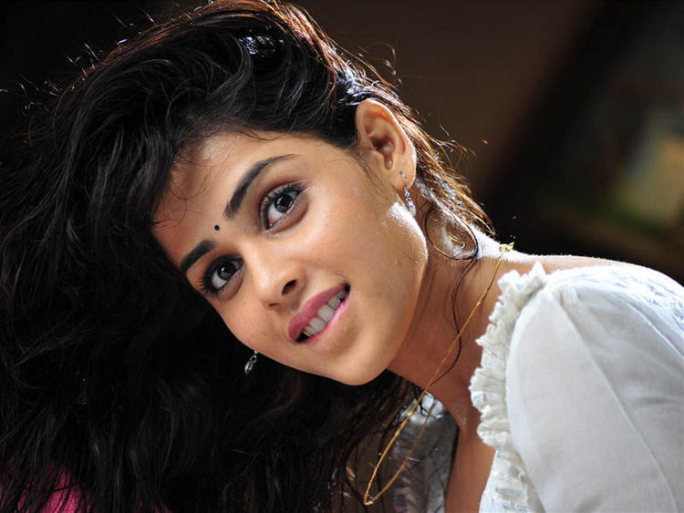 Genelia Dsouza glamour face wallpaper