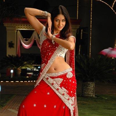 Ileana DCruz red saree spicy dance pic