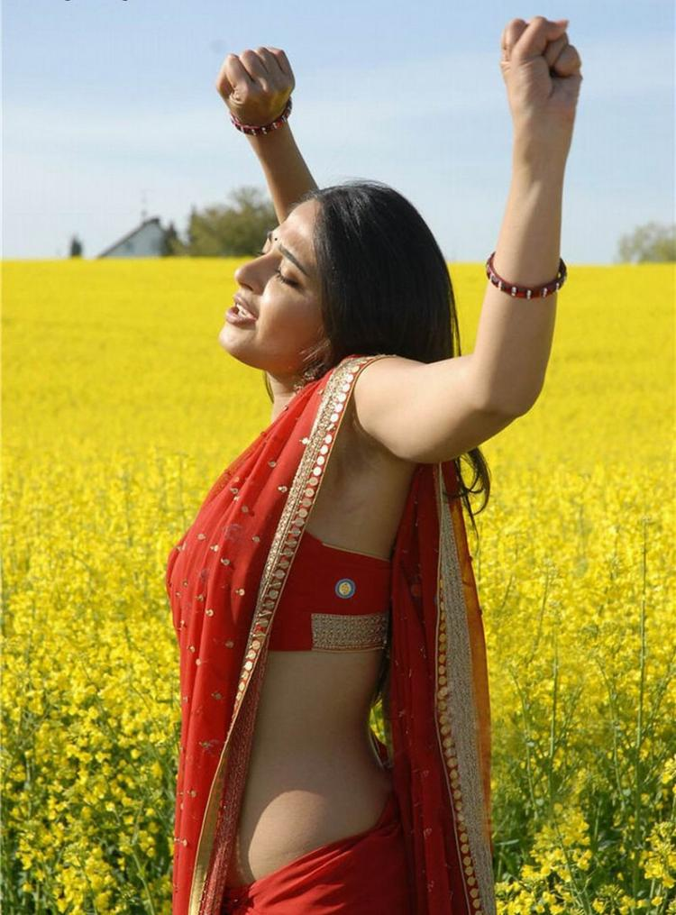 Anushka Shetty red saree dancing photo