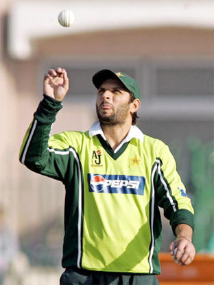 Shahid Afridi boll throw still