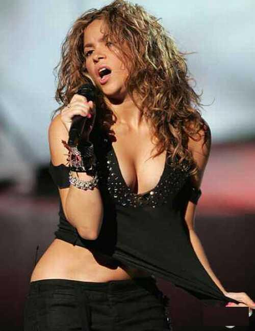 Shakira show her boobs on the stage
