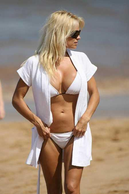Pamela Anderson white bikini photo on the beach