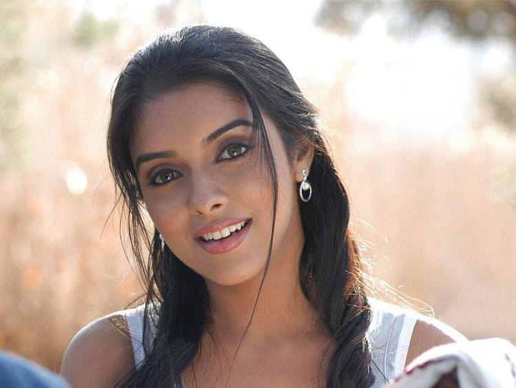 Asin Thottumkal with sweet smile