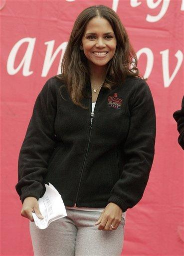 Halle Berry full dress cute smile pic