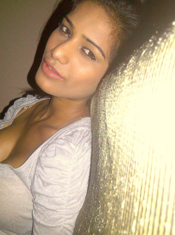 Poonam Pandey sizzling hot sey look