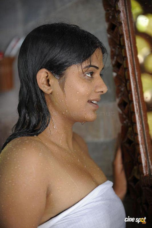 Priyamani bathroom hot wallpaper