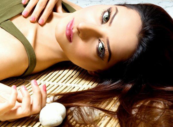Mehwish Hayat sexy eyes and pink lips wallpaper