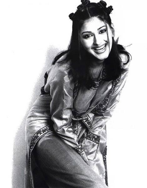 Sonali Bendre Cute Pose Wallpaper