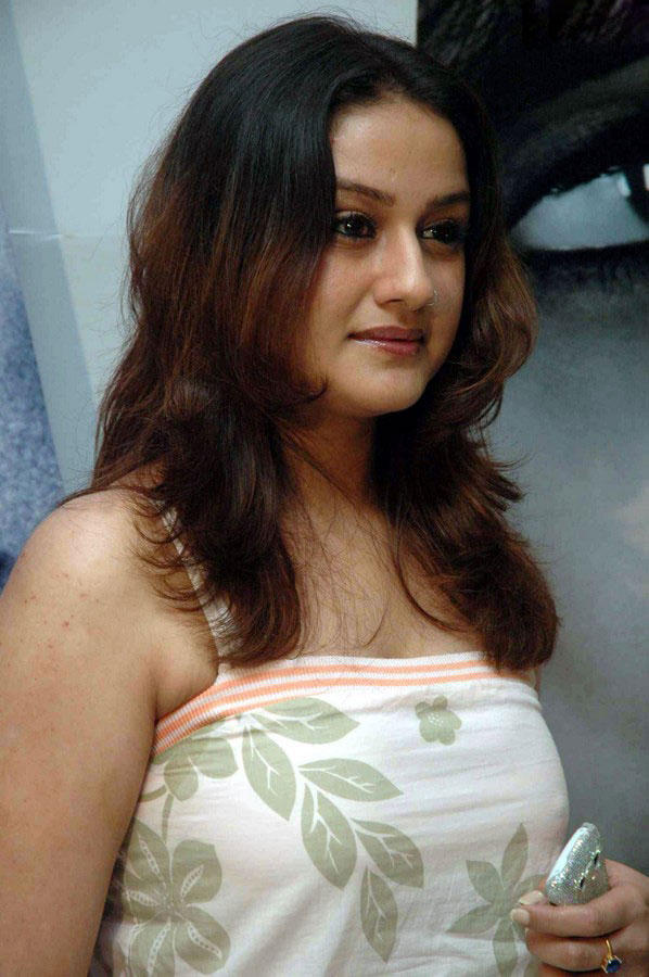 Sizzling Sonia Agarwal Hot Photo