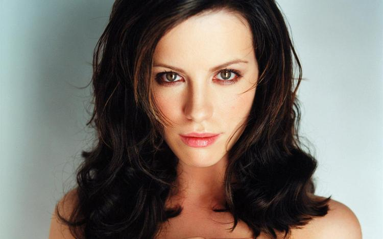 Kate Beckinsale Romantic Look Wallpaper