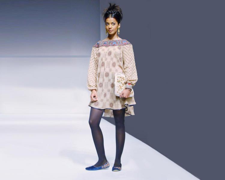 Mugdha Godse Cute Dressing Wallapper