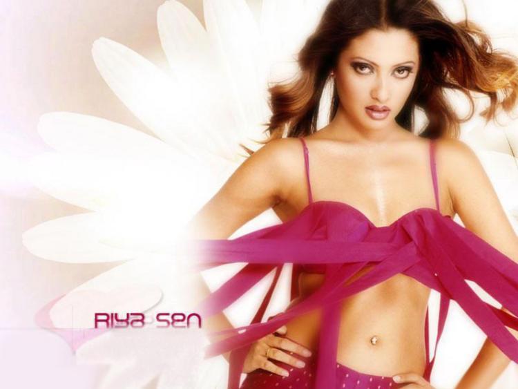 Sexiest Riya Sen hot pics