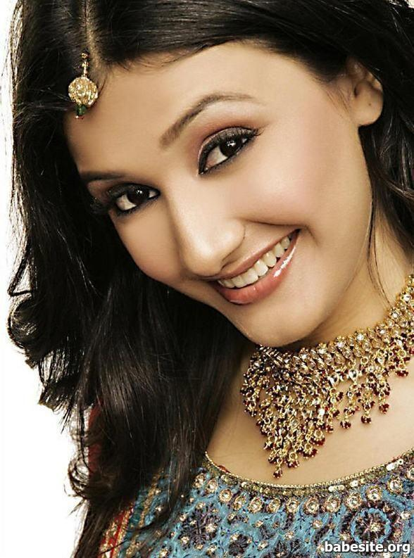 Ragini Khanna with sweet smile look