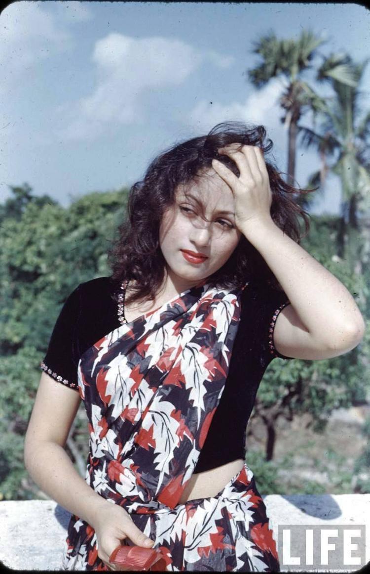 Rare Madhubala Photo In Red and Black Printed Saree