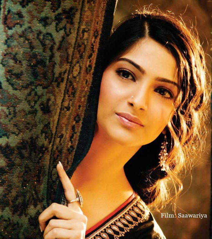 Cute Beauty Sonam Kapoor Still