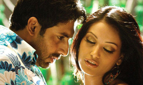 Abhishek Bachchan with Bipasha Basu in Dum Maro Dum