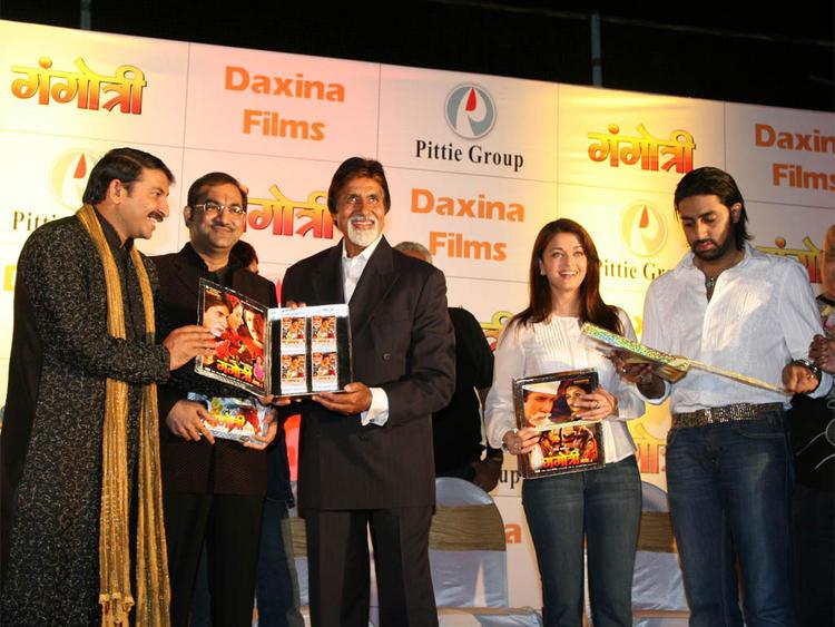 Aishwarya Rai with Abhishek Bachchan and Amitabh Bachchan Still
