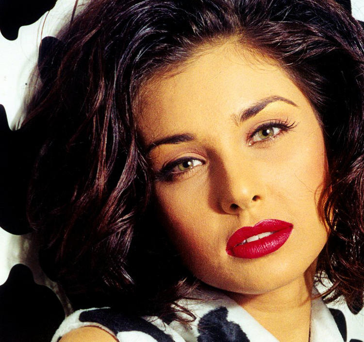 Lisa Ray Red Lips And Sexy Eyes Wallpaper