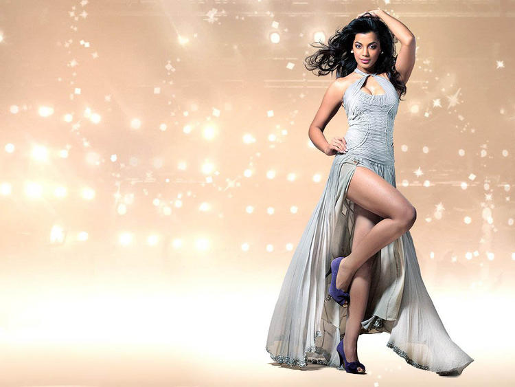 Mugdha Godse Hot Dressing Wallpaper