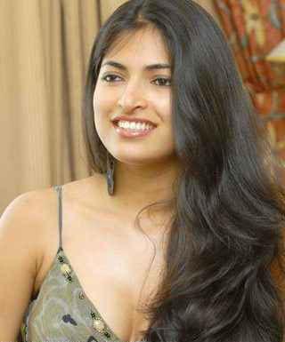 Parvathy Omanakuttan Gorgeous Smile Wallpaper