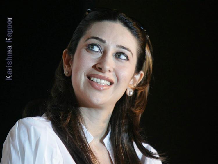 Karishma Kapoor Gorgeous Smile Wallpaper