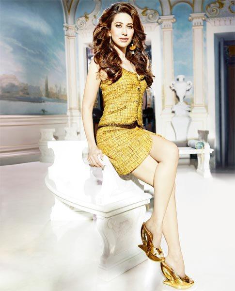 Karishma Kapoor Sizzling Wallapper