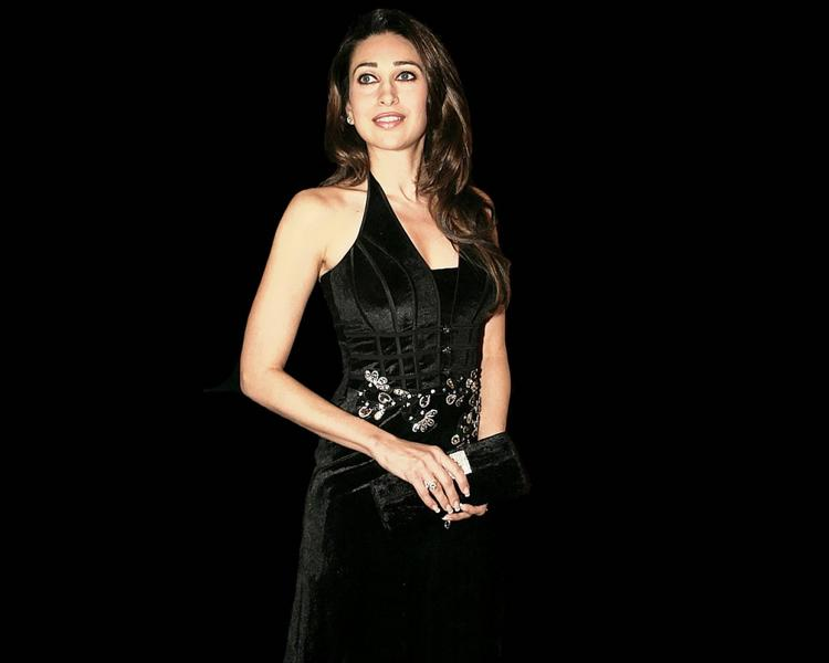 Karishma Kapoor Black Dress Gorgeous Wallpaper