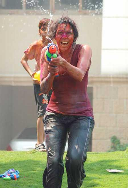 Yana Gupta Playing Holi With Kids