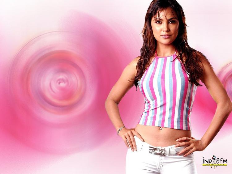 Lara Dutta Cute Hot Pose Wallpaper