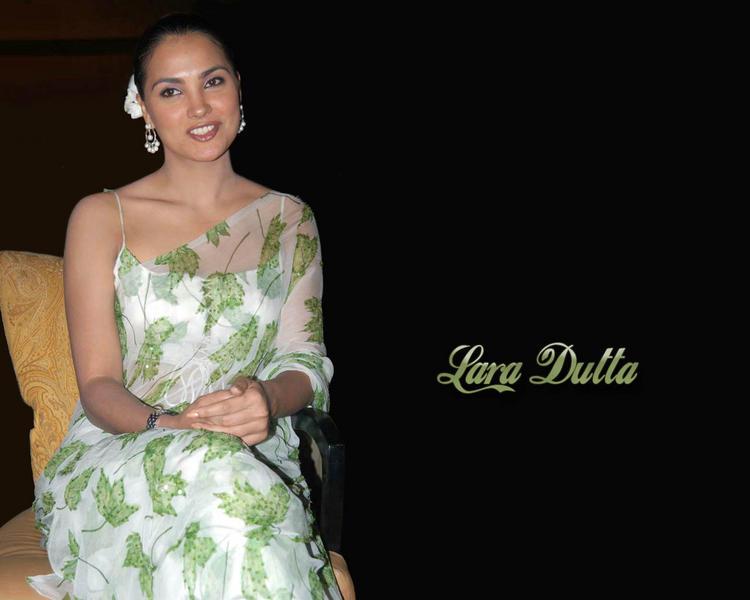 Hot Model Actress Lara Dutta In Saree