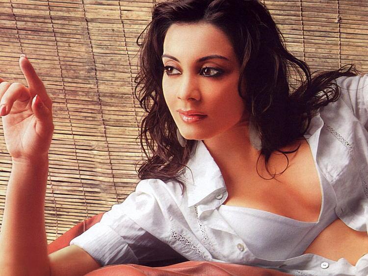 Minisha Lamba Latest Glamour Wallpaper