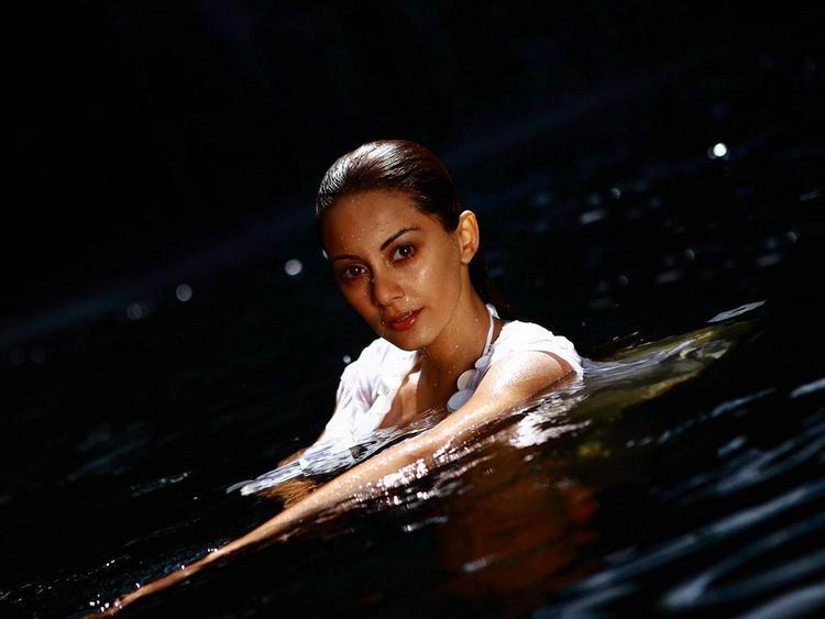 Minisha Lamba Glamour Still In Water