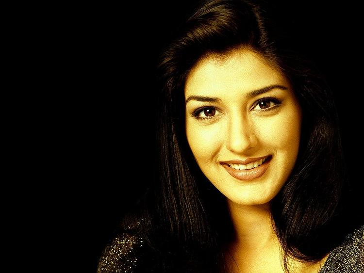 Sonali Bendre Beauty Smilling Face Wallpaper
