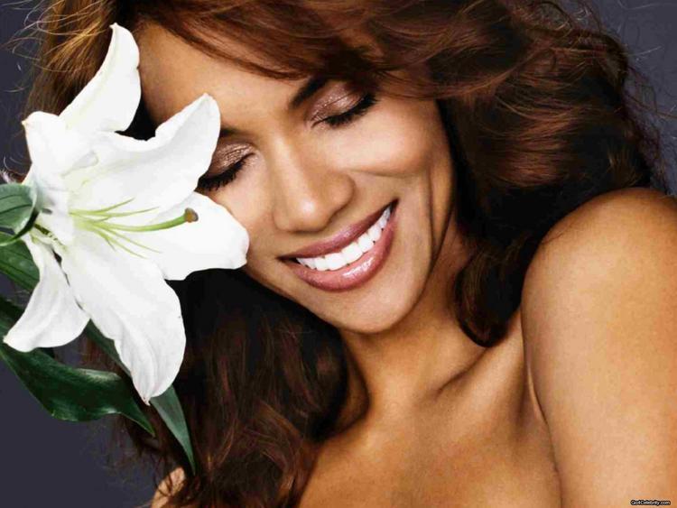 Halle Berry Cute Face HD Wallpaper