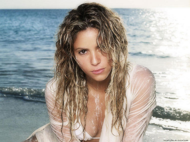Shakira Very Romantic Look On The Beach