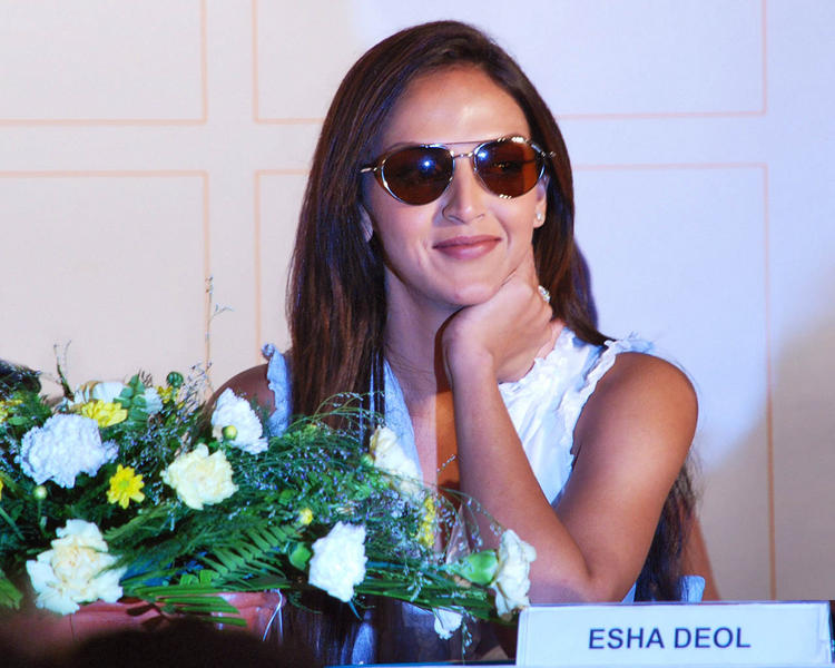 Bollywood Hot Babe Esha Deol Wallapper