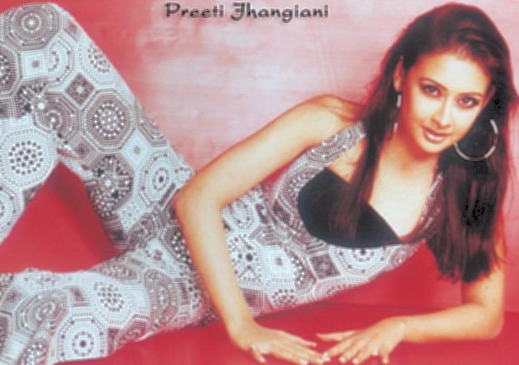 Preeti Jhangiani Cute Hot Pose Wallpaper